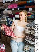 Купить «customer picking tablecloths», фото № 28139505, снято 22 марта 2019 г. (c) Яков Филимонов / Фотобанк Лори