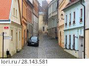 Купить «Старинная мощеная улица в историческом центре города Зноймо, Чехия», фото № 28143581, снято 28 декабря 2017 г. (c) Bala-Kate / Фотобанк Лори