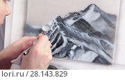 Купить «Художник рисует аэрографом на бумаге», видеоролик № 28143829, снято 4 марта 2018 г. (c) Кекяляйнен Андрей / Фотобанк Лори