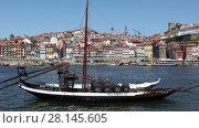 Купить «PORTO - APRIL 08: Traditional Portuguese boat for transporting barrels of port wine. April 08, 2017 in Porto, Portugal», видеоролик № 28145605, снято 8 апреля 2017 г. (c) Алексей Кузнецов / Фотобанк Лори