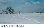 Photographer making a photo of frozen lake (2018 год). Редакционное видео, видеограф Чебеляев Геннадий / Фотобанк Лори