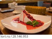 Купить «Чизкейк с клюквой на тарелке», фото № 28146953, снято 16 июня 2017 г. (c) Литвяк Игорь / Фотобанк Лори