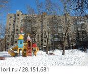 Купить «Детская площадка во дворе. Девятиэтажный кирпичный жилой дом серии II-29 (1966 г.). Вятская улица, 1. Савеловский район. Город Москва», эксклюзивное фото № 28151681, снято 6 марта 2018 г. (c) lana1501 / Фотобанк Лори