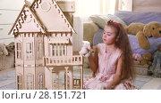 Купить «Little girl playing with a dollhouse in domestic room», видеоролик № 28151721, снято 4 февраля 2017 г. (c) Алексей Кузнецов / Фотобанк Лори