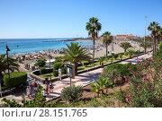 Пешеходная зона и дорожка для велосипедов вдоль пляжа Playa de Las Vistas в городе Los Cristianos. Атлантический океан, остров Тенерифе, Канары, Испания (2016 год). Редакционное фото, фотограф Кекяляйнен Андрей / Фотобанк Лори