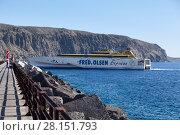 Паром Fred Olsen Express заходит в порт города Лос Кристианос, Канарские острова, Тенерифе, Испания (2016 год). Редакционное фото, фотограф Кекяляйнен Андрей / Фотобанк Лори