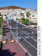 Широкая улица Calle el Espigon ведет к порту Puerto Cristianos и пляжу Playa de Las Vistas. Лос-Кристианос. Остров Тенерифе, Канары, Испания (2016 год). Редакционное фото, фотограф Кекяляйнен Андрей / Фотобанк Лори