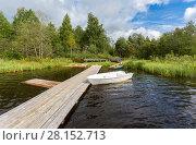 Купить «Fishing boats moored at a wooden pier on the lake in summer sunny day», фото № 28152713, снято 25 августа 2017 г. (c) FotograFF / Фотобанк Лори