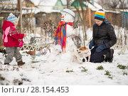 Купить «Children mold Snowman», фото № 28154453, снято 27 февраля 2018 г. (c) Типляшина Евгения / Фотобанк Лори