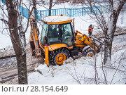 Уборка дороги от снега коммунальной службой (2018 год). Редакционное фото, фотограф Алёшина Оксана / Фотобанк Лори