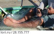 Купить «Vietnamese fisherman knits a fishing net for catching fish», видеоролик № 28155777, снято 21 декабря 2016 г. (c) Алексей Кузнецов / Фотобанк Лори