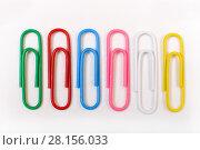 Купить «Цветные канцелярские скрепки», эксклюзивное фото № 28156033, снято 12 марта 2018 г. (c) Юрий Морозов / Фотобанк Лори