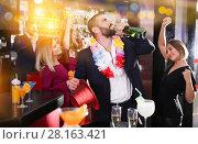 Man drinking too much on Hawaiian party. Стоковое фото, фотограф Яков Филимонов / Фотобанк Лори