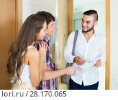 Купить «Salesman came home to couple», фото № 28170065, снято 17 июля 2018 г. (c) Яков Филимонов / Фотобанк Лори