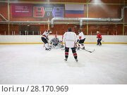 Купить «MOSCOW - SEP 5, 2016: Team of nonprofessional players play hockey in ice palace in Novokosino», фото № 28170969, снято 5 сентября 2016 г. (c) Losevsky Pavel / Фотобанк Лори