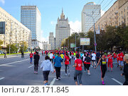 Купить «MOSCOW - SEP 25, 2016: During Promsvyazbank Moscow marathon amateurs and professionals, athletes from Russia and other countries again ran 42.2 km on central streets and quays of Moscow», фото № 28171845, снято 25 сентября 2016 г. (c) Losevsky Pavel / Фотобанк Лори