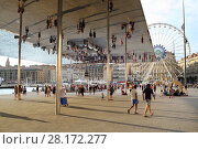 Купить «MARSEILLE, FRANCE - JUL 31, 2016: People walk under reflecting awning made of polished steel by British architect Lord Norman Foster at Old port of Marseille», фото № 28172277, снято 31 июля 2016 г. (c) Losevsky Pavel / Фотобанк Лори