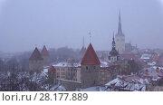 Купить «Снежные мартовские сумерки в старом Таллине. Эстония», видеоролик № 28177889, снято 8 марта 2018 г. (c) Виктор Карасев / Фотобанк Лори