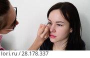Купить «makeup artist paints eyebrows young dark-haired girls», видеоролик № 28178337, снято 14 марта 2018 г. (c) Володина Ольга / Фотобанк Лори