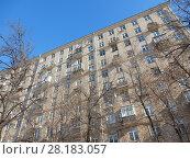 Купить «Десятиэтажный кирпичный жилой дом, построен в 1957 году. Улица Зорге, 6, корпус 2. Хорошевский район. Город Москва», эксклюзивное фото № 28183057, снято 27 февраля 2018 г. (c) lana1501 / Фотобанк Лори