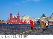 Купить «Туристы фотографируются на Красной площади», фото № 28188881, снято 27 февраля 2018 г. (c) Natalya Sidorova / Фотобанк Лори