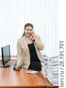 Купить «Молодая коммуникабельная девушка разговаривает по телефону в офисе», фото № 28191701, снято 8 марта 2011 г. (c) Кекяляйнен Андрей / Фотобанк Лори