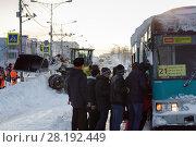 Купить «Пассажиры садятся в автобус», фото № 28192449, снято 27 декабря 2017 г. (c) А. А. Пирагис / Фотобанк Лори