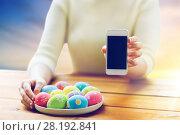 Купить «close up of hands with easter eggs and smartphone», фото № 28192841, снято 27 января 2016 г. (c) Syda Productions / Фотобанк Лори