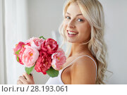 Купить «close up of woman with bunch of flowers», фото № 28193061, снято 20 апреля 2017 г. (c) Syda Productions / Фотобанк Лори
