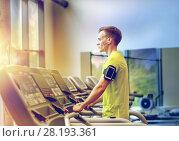 Купить «man with smartphone exercising on treadmill in gym», фото № 28193361, снято 29 июня 2014 г. (c) Syda Productions / Фотобанк Лори