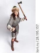 Купить «Девушка в образе средневекового воина замахивается топором», эксклюзивное фото № 28195157, снято 18 марта 2018 г. (c) Алексей Шматков / Фотобанк Лори