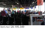 Купить «Пассажиры в очереди на посадку в самолет. Аэропорт Схипхол, Амстердам», видеоролик № 28195349, снято 17 сентября 2017 г. (c) Виктор Карасев / Фотобанк Лори