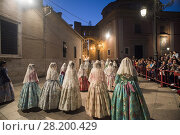 Women wearing traditional fallera dress head to the Virgin's Square of Valencia to bring the flower offering to the Virgin Mary as part of the Fallas festivities inValencia, Spain. (2017 год). Редакционное фото, фотограф Guillem López / age Fotostock / Фотобанк Лори