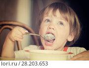 Купить «Child himself eats cereal», фото № 28203653, снято 16 мая 2012 г. (c) Яков Филимонов / Фотобанк Лори