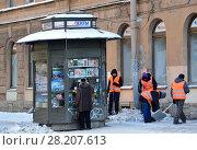 Купить «Санкт-Петербург, рабочие убирают снег на Моховой улице», фото № 28207613, снято 27 февраля 2018 г. (c) Овчинникова Ирина / Фотобанк Лори