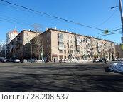 Купить «Пятиэтажные трёхподъездные кирпичные жилые дома серии II-05 ( 1957-1958). Улица Куусинена, 4, корпуса 1 и 3. Хорошевский район. Город Москва», эксклюзивное фото № 28208537, снято 20 марта 2018 г. (c) lana1501 / Фотобанк Лори