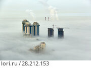 Купить «MOSCOW, RUSSIA - SEP 26, 2014: Residential complex Sparrow Hills (Vorobyovy Gory) and construction site of residential complex Dolina Setun in morning fog», фото № 28212153, снято 26 сентября 2014 г. (c) Losevsky Pavel / Фотобанк Лори