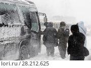 Купить «Люди садятся в автобус во время снежной бури», фото № 28212625, снято 26 декабря 2017 г. (c) А. А. Пирагис / Фотобанк Лори