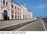 Купить «Железнодорожная станция Калуга-1, здание вокзала», эксклюзивное фото № 28213873, снято 13 августа 2017 г. (c) Dmitry29 / Фотобанк Лори