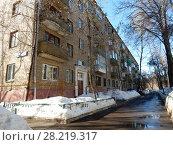 Купить «Пятиэтажный четырёхподъездный кирпичный жилой дом серии I-511, построен в 1958 году. Улица Куусинена, 6 корпус 4. Хорошевский район. Город Москва», эксклюзивное фото № 28219317, снято 20 марта 2018 г. (c) lana1501 / Фотобанк Лори