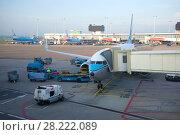 Подготовка пассажирского самолета Боинг 737 авиакомпании КЛМ  к вылету в аэропорту Схипхол. Амстердам (2017 год). Редакционное фото, фотограф Виктор Карасев / Фотобанк Лори