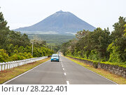 Blue car on the highway on the background of the volcano Pico, Azores (2012 год). Стоковое фото, фотограф Юлия Бабкина / Фотобанк Лори