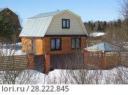 Купить «Деревянный дачный дом зимой», фото № 28222845, снято 24 марта 2018 г. (c) Елена Коромыслова / Фотобанк Лори