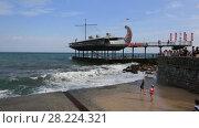 Купить «Крым, набережная города Ялта. Люди смотрят на волны», видеоролик № 28224321, снято 16 августа 2017 г. (c) Яна Королёва / Фотобанк Лори