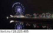 Купить «Работающее колесо обозрения на Приморском бульваре поздним вечером. Баку, Азербайджан», видеоролик № 28225405, снято 30 декабря 2017 г. (c) Виктор Карасев / Фотобанк Лори