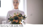Купить «Beautiful muslim bride holding bouquet of flowers in hands», видеоролик № 28226105, снято 20 апреля 2018 г. (c) Константин Шишкин / Фотобанк Лори