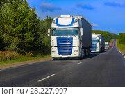Купить «Trucks goes on the highway», фото № 28227997, снято 28 августа 2014 г. (c) Юрий Бизгаймер / Фотобанк Лори