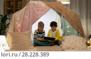 Купить «little boys with tablet pc in kids tent at home», видеоролик № 28228389, снято 23 февраля 2018 г. (c) Syda Productions / Фотобанк Лори