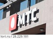 """Надпись """"МТС"""" крупным планом. Москва (2018 год). Редакционное фото, фотограф E. O. / Фотобанк Лори"""