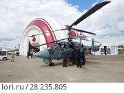 Купить «Официальная делегация осматривает боевой разведывательно-ударный вертолет Ка-52. Авиашоу МАКС-2017», фото № 28235805, снято 20 июля 2017 г. (c) Виктор Карасев / Фотобанк Лори